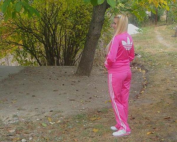 Фото девушки в костюме адидас