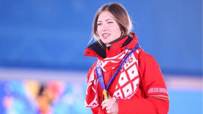 Дарья Домрачева в спортивном костюме