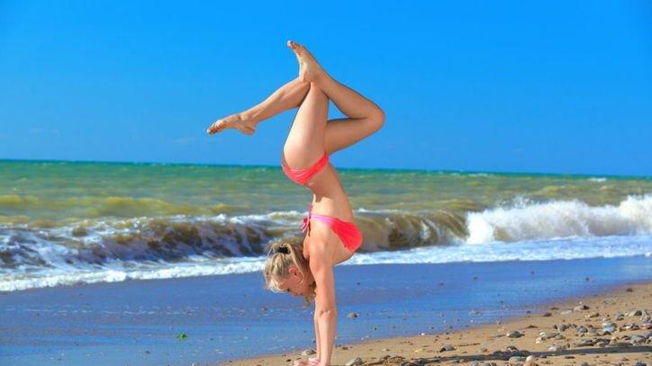 Фитнес на берегу моря