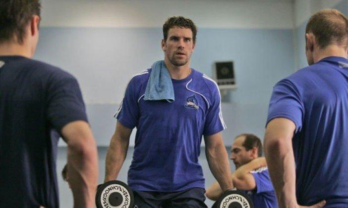 Фитнес в спортзале для мужчин