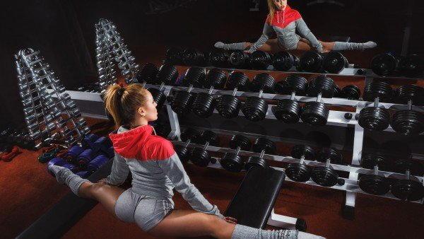 Гимнастка в спортзале фото