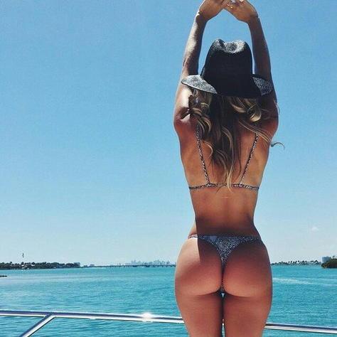Спортивная девушка и море