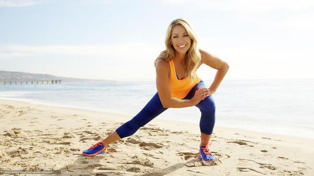 Спортивная девушка на пляже