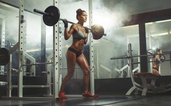 Спортивные девушки в спортзале