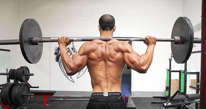 Тренировка в спортзале для бойца